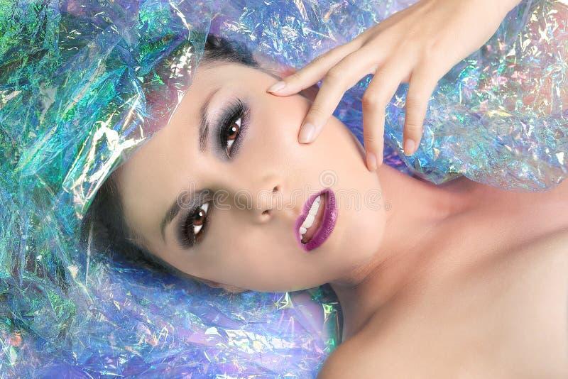 Изображение красоты женщины обернутой в целлофане стоковые фото