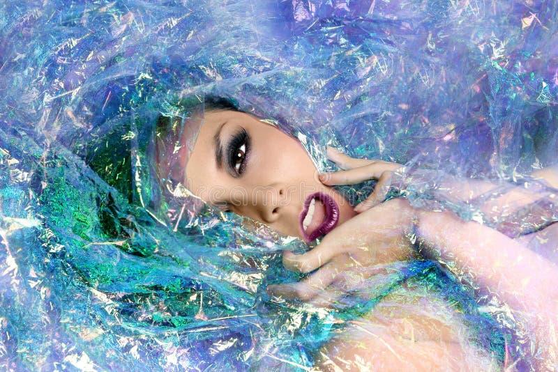 Изображение красоты женщины обернутой в целлофане стоковое изображение rf