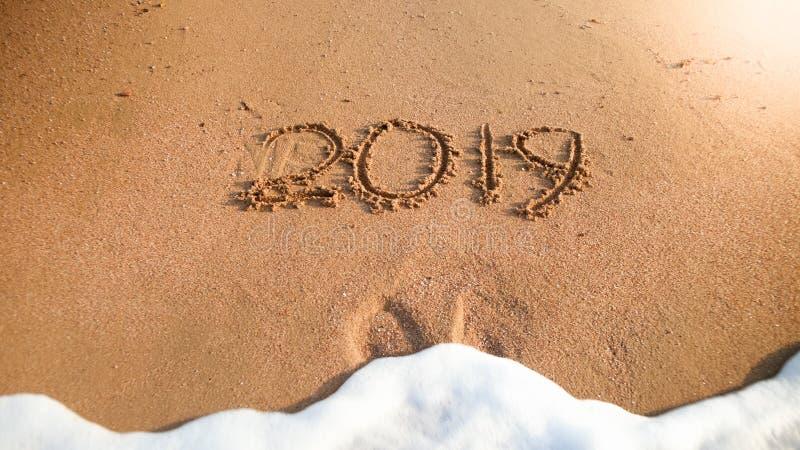 Изображение крупного плана волны моря моя вне номера 2019 Новых Годов от влажного песка на пляже моря концепция Нового Года, рожд стоковое изображение rf