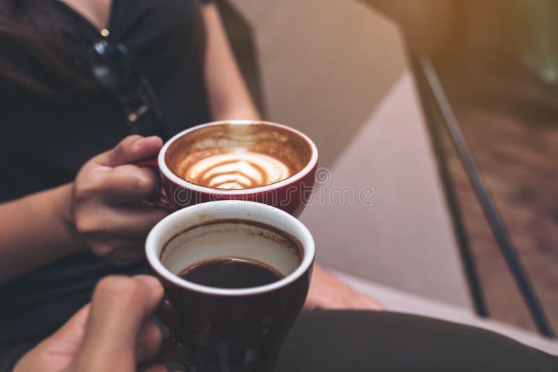 Изображение крупного плана 2 кофейных чашек людей clinking стоковая фотография