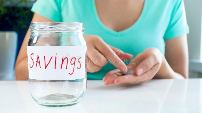 Изображение крупного плана молодой женщины при финансовые проблемы подсчитывая немногие монетки в наличии стоковое изображение rf