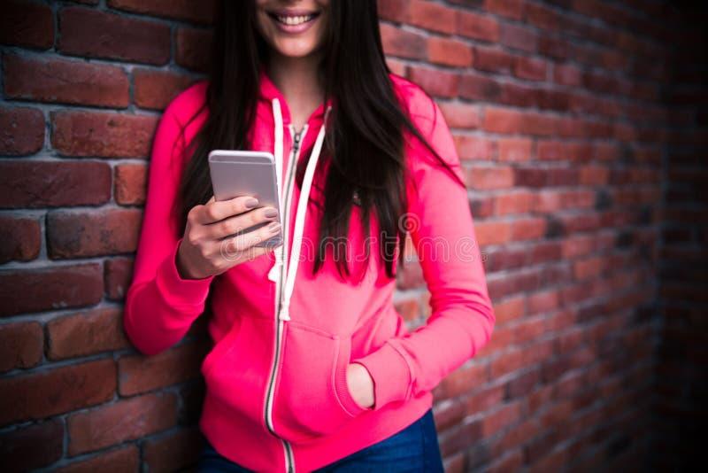 Изображение крупного плана женщины используя smartphone стоковые изображения rf