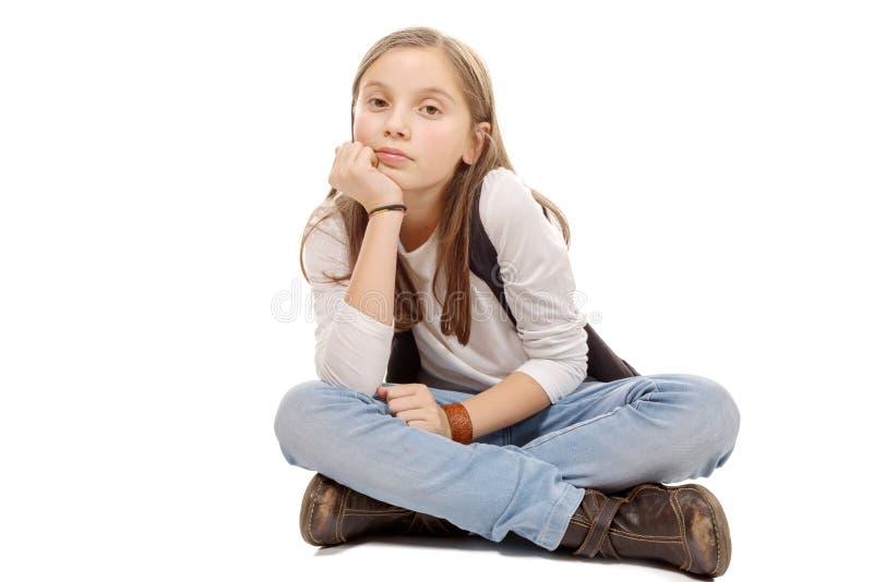 Изображение крупного плана милой маленькой девочки сидя на поле Isol стоковая фотография rf