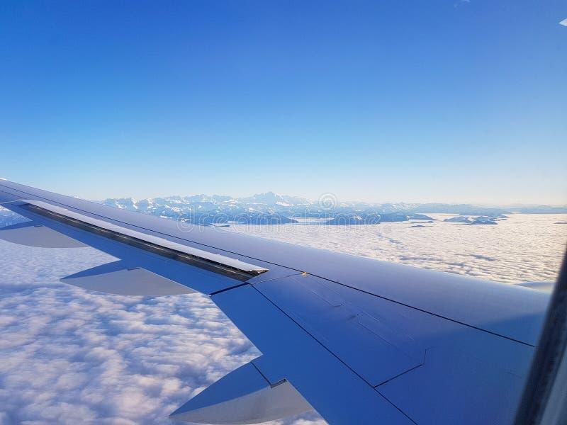 Изображение крыла самолета, облачного неба от иллюминатора стоковые изображения rf
