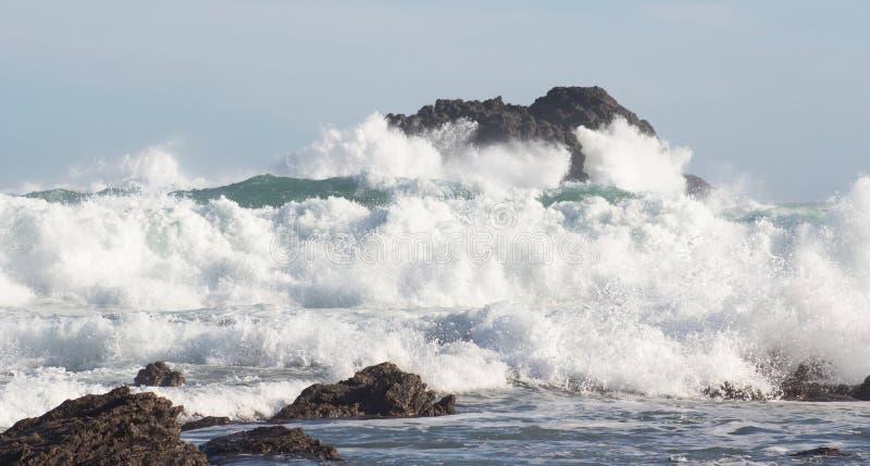 Изображение ландшафта океанских волн разбивая против прибрежных утесов стоковые изображения