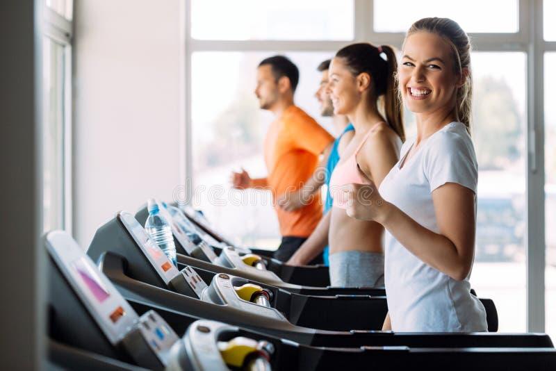 Изображение людей бежать на третбане в спортзале стоковые фото
