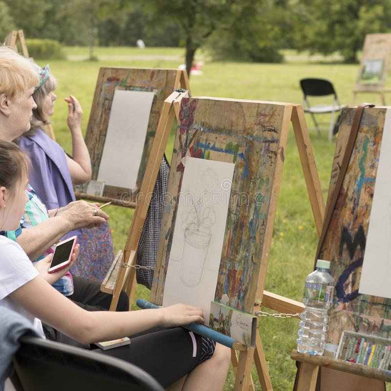 Изображение людей рисуя outdoors стоковые фотографии rf