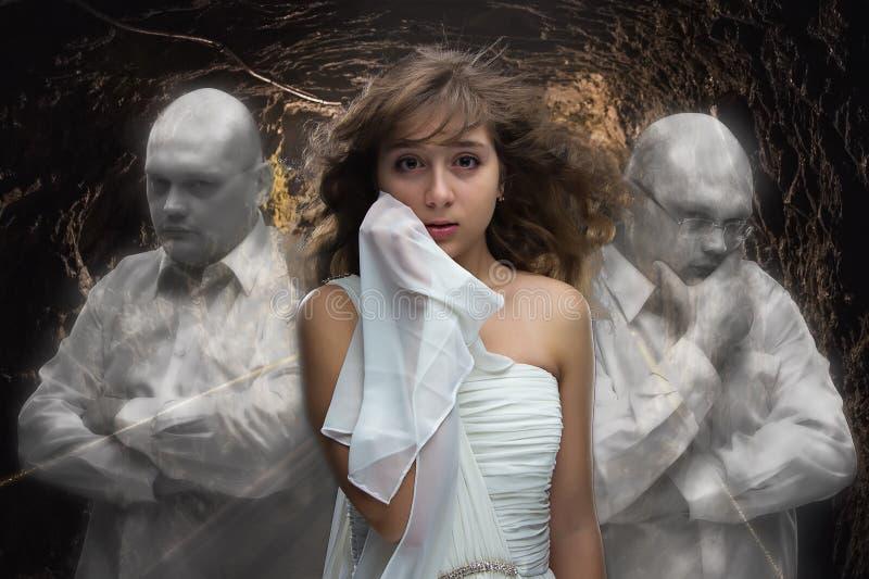 Изображение маленькой девочки и 2 призраков человека стоковое фото