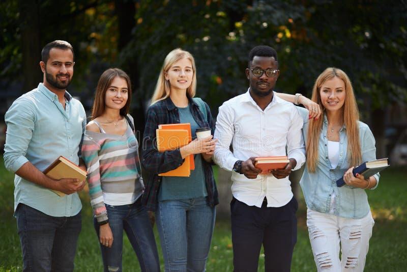 Изображение многонациональной группы в составе студенты студент-выпускников стоя outdoors стоковые изображения