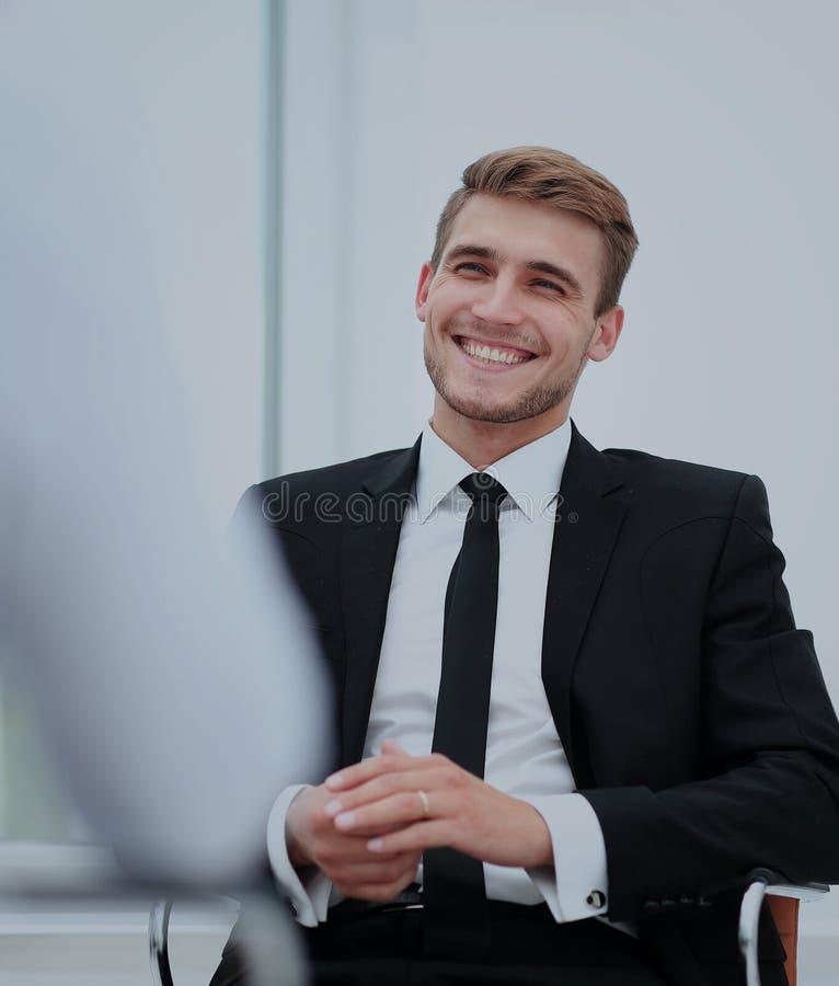 Изображение молодого бизнесмена связывая с его коллегой стоковое изображение