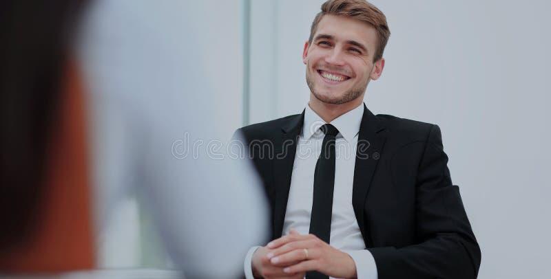 Изображение молодого бизнесмена связывая с его коллегой стоковые изображения rf