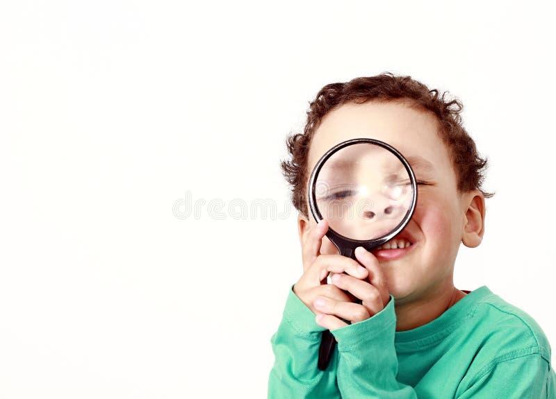 Молодой мальчик с лупой стоковое фото rf