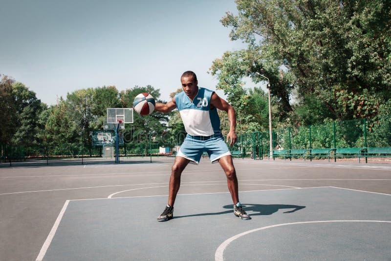 Изображение молодой confused африканский практиковать баскетболиста стоковое фото rf