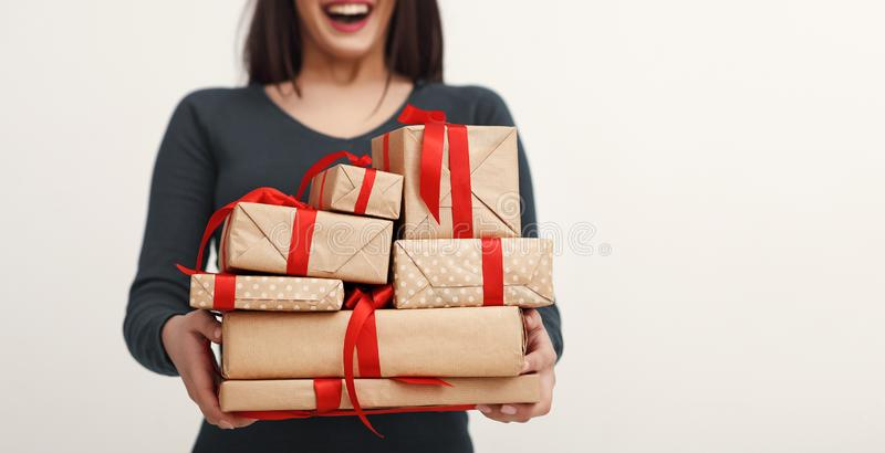 Изображение молодой excited женщины с кучей подарков стоковое фото rf