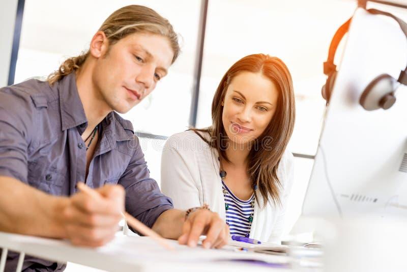 Изображение 2 молодых бизнесменов в офисе стоковые фото