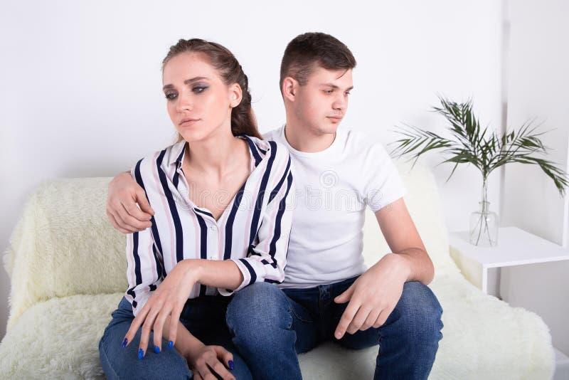 Изображение молодых пар имея затруднения внутри стоковая фотография rf