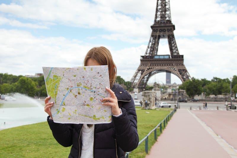 Изображение молодого женского туриста при карта ища путь в Pari стоковое фото rf