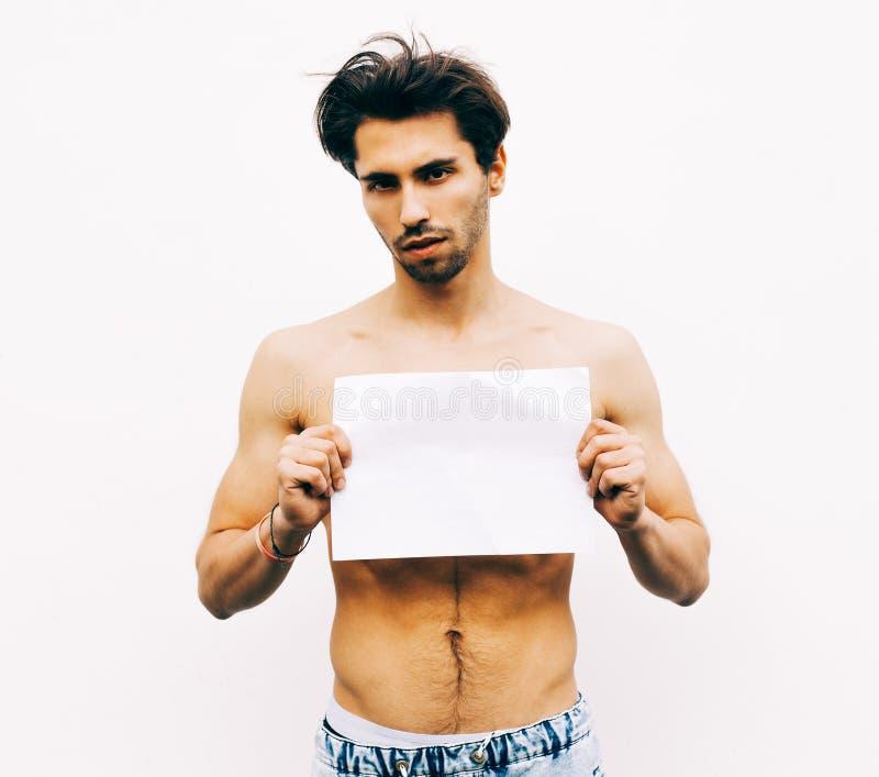 Изображение молодого человека при нагой торс держа белую пустую доску стоковые изображения rf