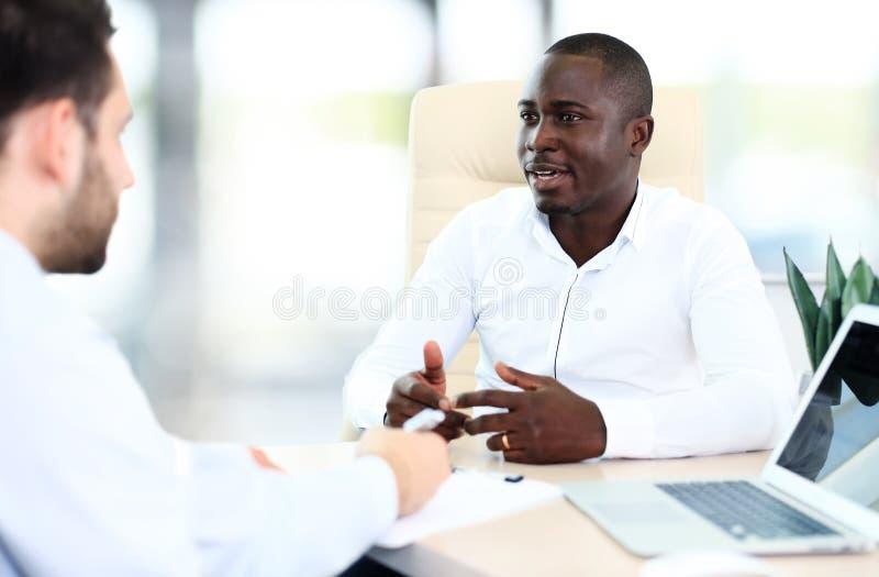 Изображение 2 молодых бизнесменов стоковые фото