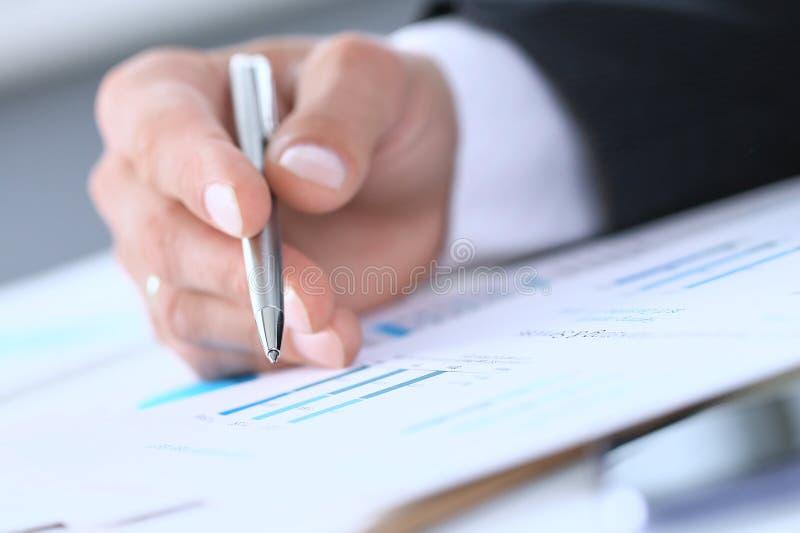 Изображение мужской руки указывая на деловой документ во время обсуждения на встречу конца-вверх стоковые изображения rf