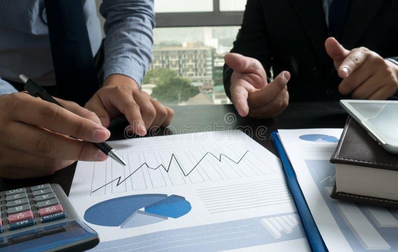 Изображение мужской руки указывая на деловой документ стоковые фотографии rf