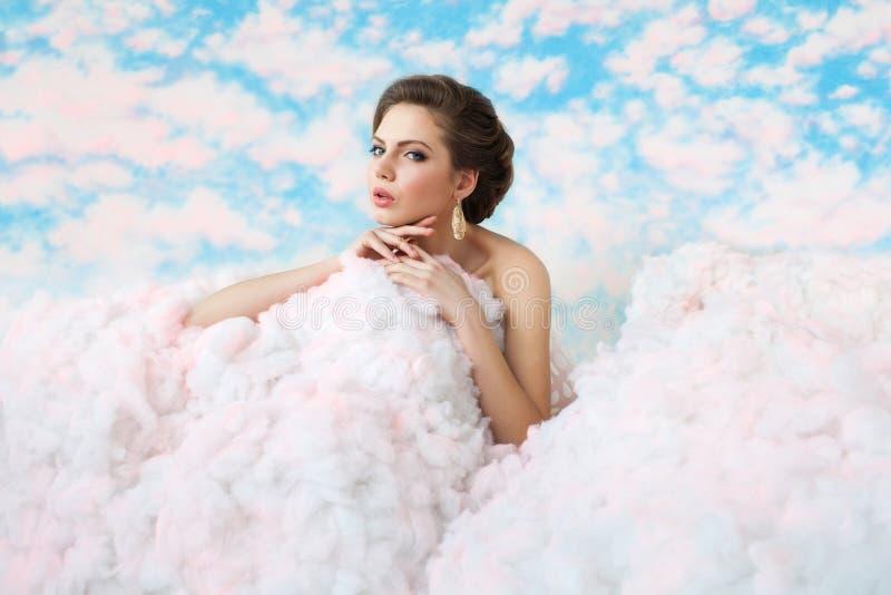 Изображение настроения лета где красивая девушка представляя среди облаков стоковые фотографии rf