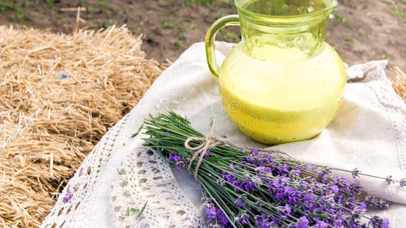 Изображение натюрморта крупного плана цветков и молока lavedner на linen скатерти стоковая фотография rf
