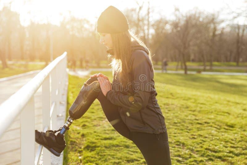 Изображение неработающей атлетической девушки в sportswear, делая спорт и стоковые фотографии rf