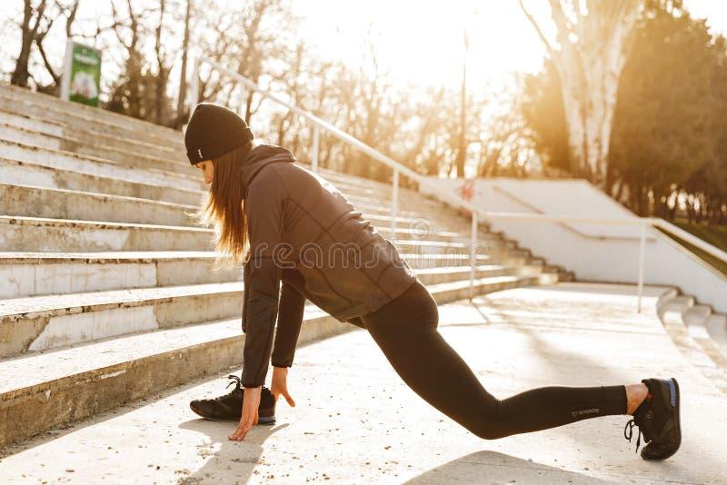Изображение неработающей атлетической девушки в sportswear, работать и st стоковые изображения