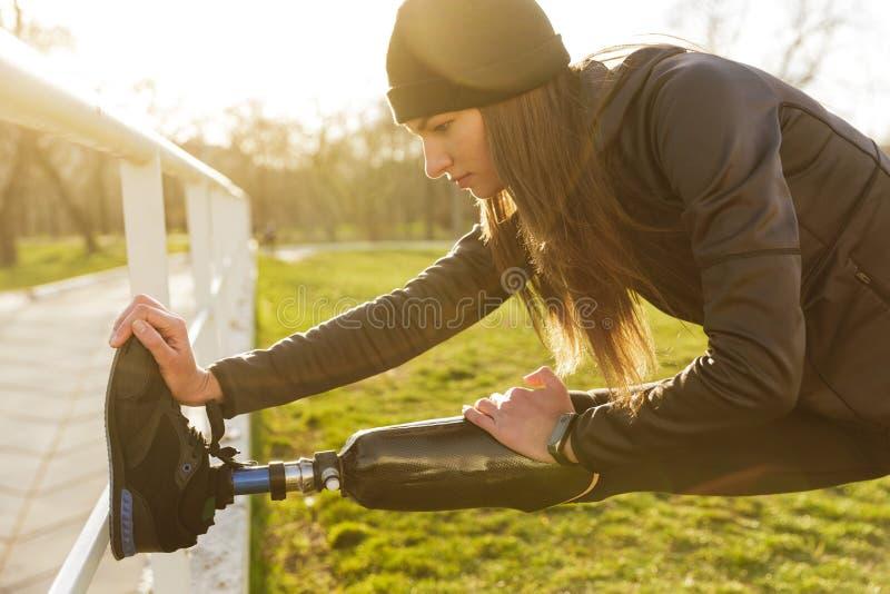 Изображение неработающей идущей женщины в sportswear, делая наклоны и стоковое фото rf