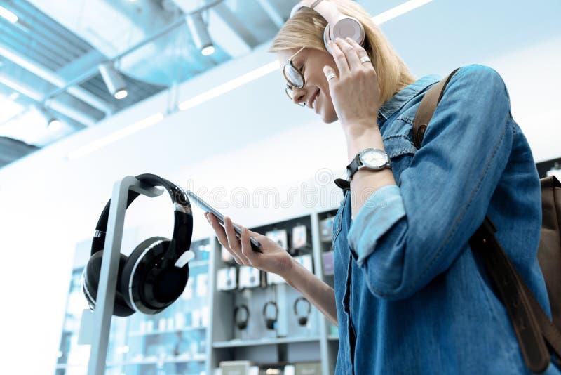 Изображение низкого угла услаженной девушки которое находясь в магазине стоковое фото rf