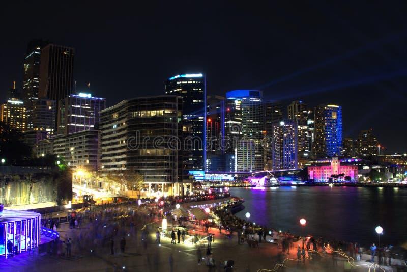 Изображение ночи городского пейзажа Сиднея на круговых набережной или гавани в Австралии стоковое изображение rf
