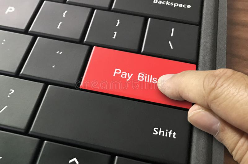 Оплачивая счеты онлайн стоковая фотография