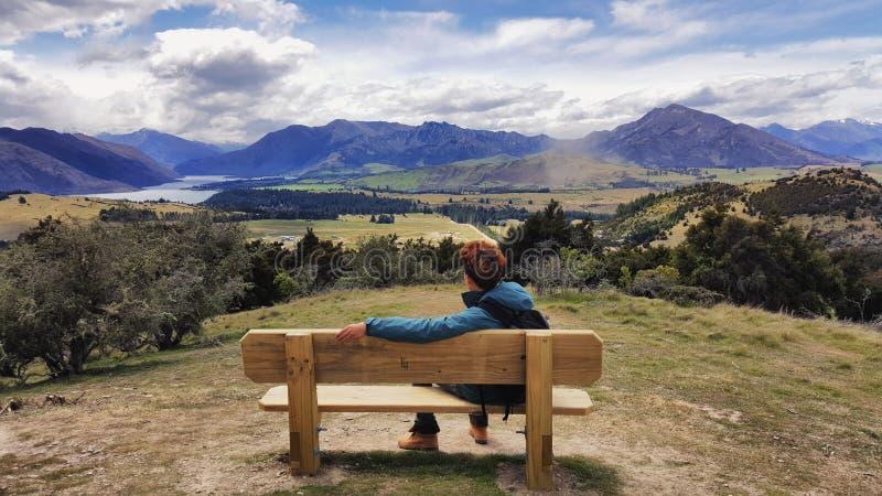 Изображение перемещения молодого человека восхищая красивый ландшафт Новой Зеландии стоковое фото rf
