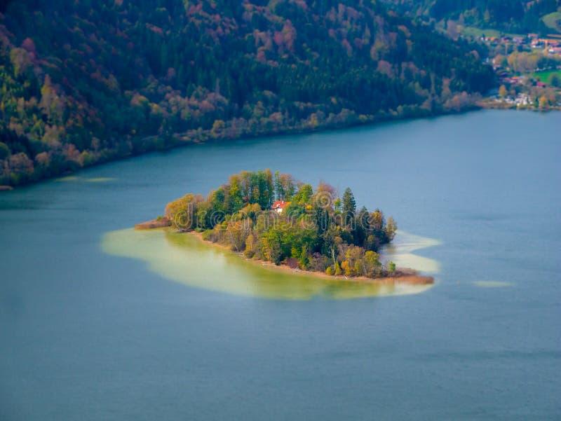Изображение переноса наклона острова в озере Schliersee в осени стоковые фото