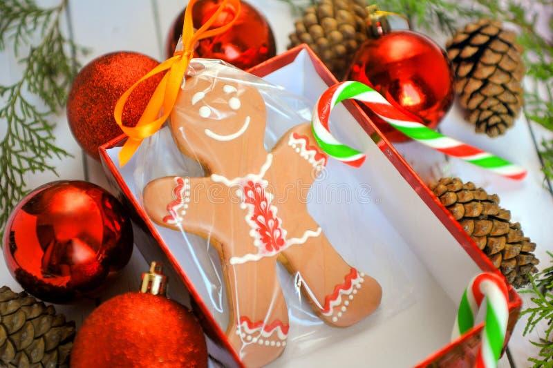Изображение потехи усмехаясь человека пряника с ручкой пипермента в блюде снежинки праздника с красочной конфетой стоковая фотография rf