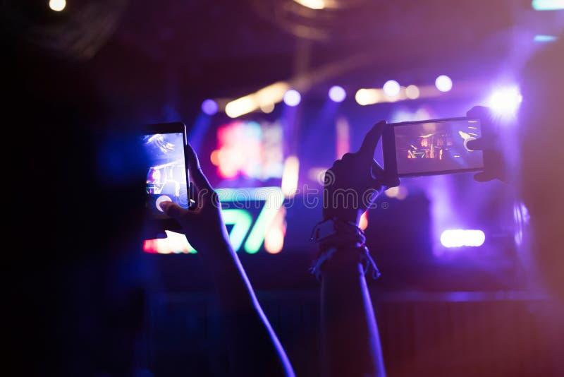 Изображение представления музыки людей записывая на фестивале стоковая фотография