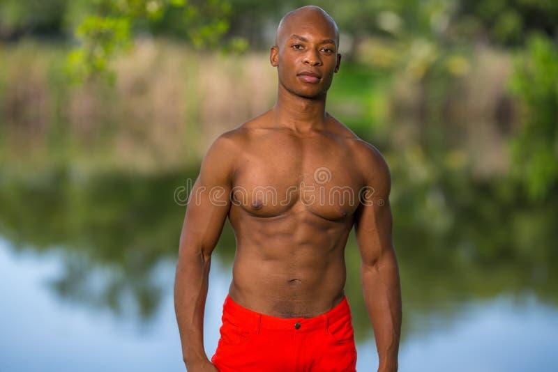 Изображение привлекательной молодой модели фитнеса представляя outdoors в парке стоковое фото