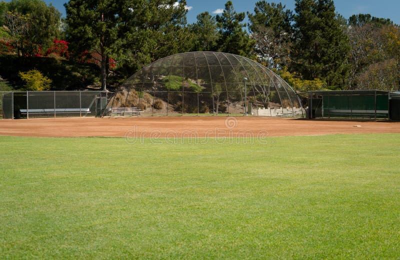 Изображение пустого поля бейсбола с землянками, внутренним полем и дальней частью поля стоковая фотография