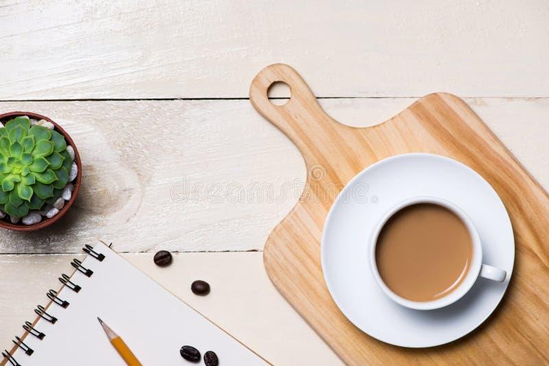 Изображение пустой страницы малого примечания с карандашем, чашка coff стоковое фото rf