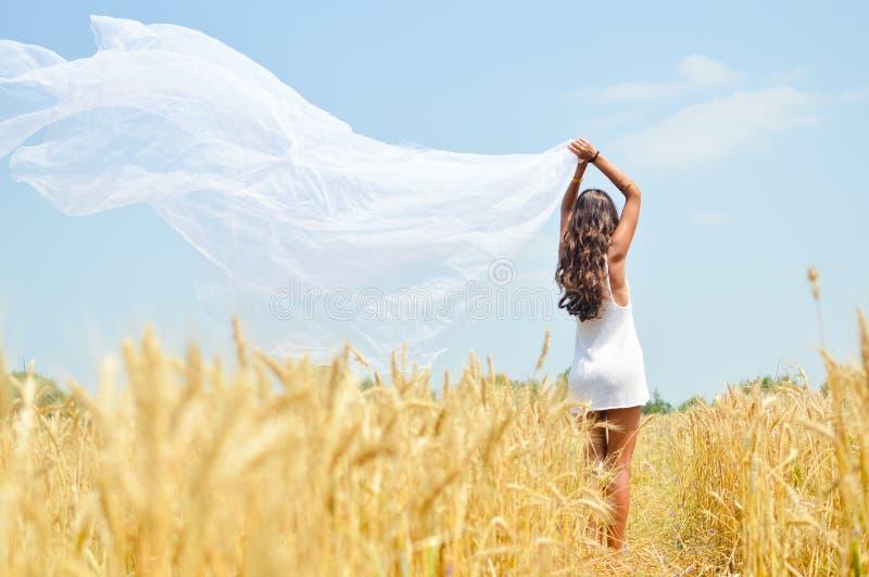 Изображение радостной романтичной красивой молодой дамы стоковые изображения rf