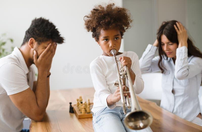 Изображение ребенка делая шум путем играть трубу стоковое изображение rf