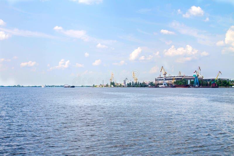 Изображение реки с кораблями и груз переносят с кранами стоковые фотографии rf