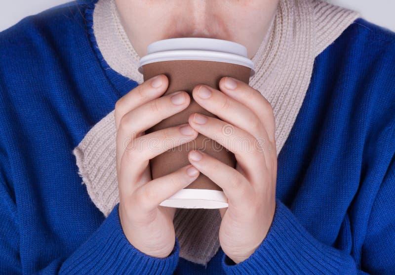 Изображение руки женщины держа кофейную чашку стоковое изображение