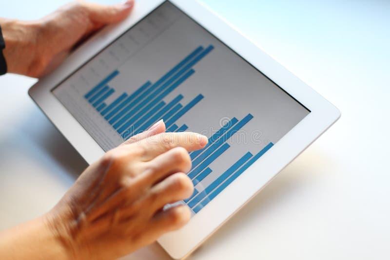 Изображение руки женщины указывая на сенсорный экран с диаграммой дела стоковая фотография rf