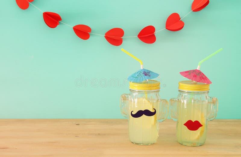 Изображение свежего питья лимонада в милых стеклах формы кактуса нося усик и губы, над деревянным столом Тропическое лето романти стоковая фотография rf