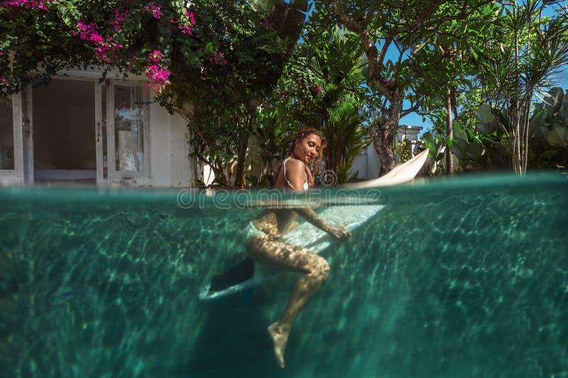 Изображение серфинга волны Под изображением воды стоковые фото
