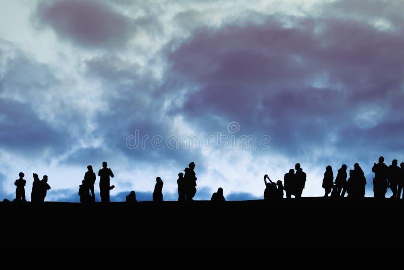 Изображение силуэта группы в составе неопознанные туристы на заходе солнца tim стоковое изображение rf