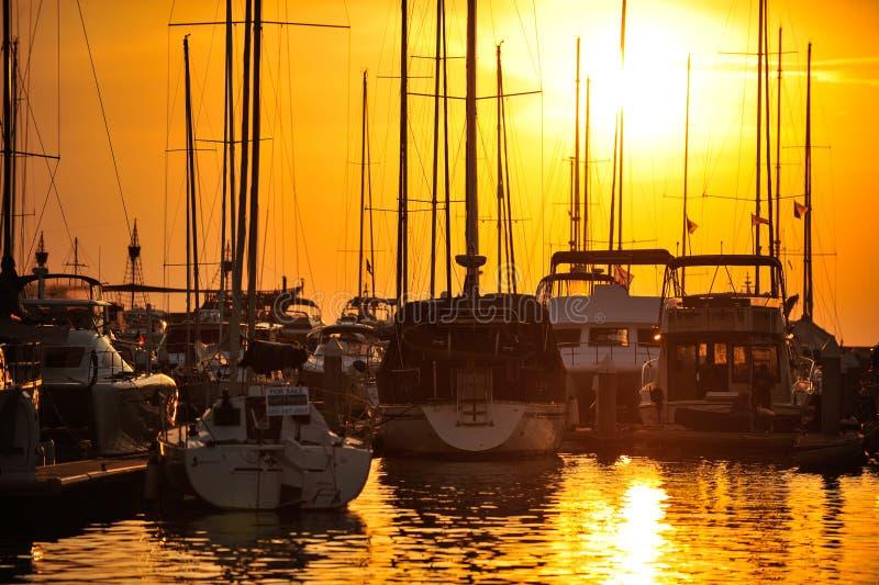 Изображение силуэта яхты порта на предпосылке захода солнца стоковые изображения rf