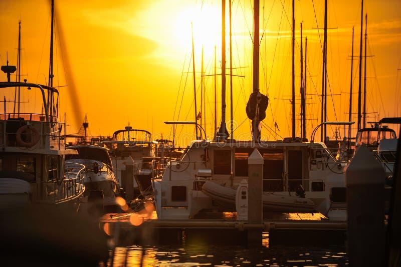 Изображение силуэта яхты порта на предпосылке захода солнца стоковая фотография rf